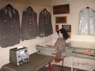 <p>Sonderausstellung Herbst 2008</p><p>Uniformen und Effekten NVA, Feldkabelmeßgerät FKMG-66</p><p>Schreibmaschine aus dem ehemaligen WKK Roßlau</p>