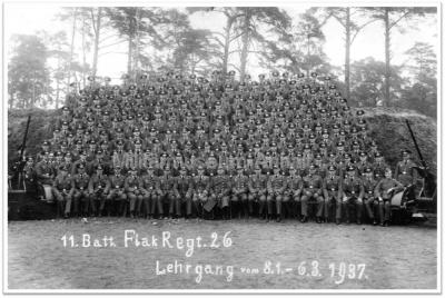 <p>Flak-Kaserne Kochstedt</p> <p>Gruppenfoto 11. Batterie, Flak-Regiment 26</p> <p>Lehrgang vom 08.01. - 06.03.1937</p>