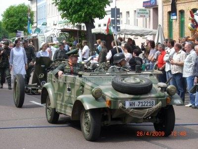 <p>Teilnahme am Umzug Flämingfest in Coswig 2009 - Darstellung der Militärgeschichte in Anhalt</p><p>Wehrmachtskübel mit Darstellung General Wenck</p><p></p><p></p>