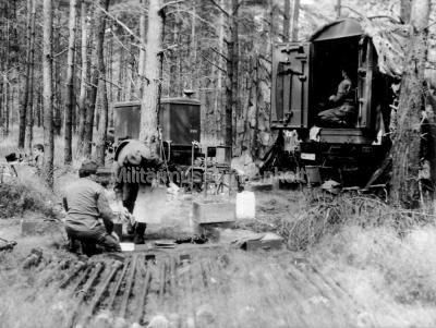 <p>Feldlager 1977 auf dem Truppenübungsplatz Lehnin - Wartung unter feldmäßigen Bedingungen am Peilsystem R-359.</p>