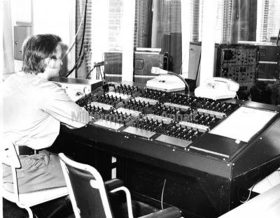 <p>Der Leiter Funkwache vor dem Kommandopult.</p>