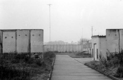 <p>Der Eingangsbereich der 1980 in Betrieb genommenem Funksendestelle im Kreis Köthen.</p>