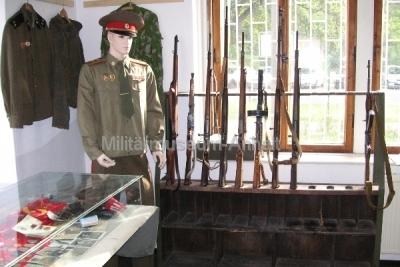 <p>Uniformen der GSSD und WGT</p> <p>Ausstellung von Waffen - Karabiner 98 bis Kalaschnikow AK 47</p>