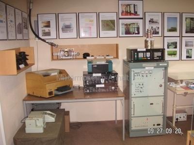 <p>Sonderausstellung Herbst 2008</p><p>Fernschreibmaschine T-51 mit Zubehör, Funkempfangsarbeitsplatz mit EKD-315, EZ-111 und F-1204 Leistungsverstärker des Kurzwellensender KN1-E (1000 W), Bediengerät Kurzwellensender KBS-1300, Senderöhre SRL353 (10000 Watt max. Leistung), Schautafeln Funkaufklärungsregiment-2</p><p></p>