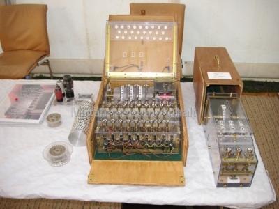 <p>Sonderausstellung Chiffriertechnik - Liebevoller Nachbau einer Enigma zur Darstellung der Funktionsweise</p>