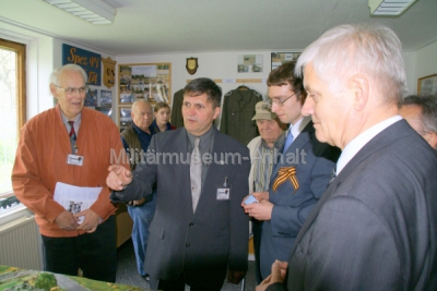 <p>Großes Interesse zeigte Botschaftssekretär Kurov an den ausgestellten Dioramen der Ponton-Pioniere.</p>