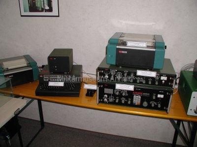 <p>Sonderausstellung Frühjahr 2008</p><p>Funkerarbeitsplatz bestehend aus:</p><p>Kurzwellenempfänger EKD 315 mit Empfangszusatz EZ 111 und elektronischen Empfangsschreiber F 1204,</p><p>automatischer Morsegeber-Schreiber MG 80M mit angeschlossener Handtaste und F 1204</p>
