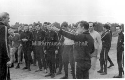 <p>Dienstsport des Stabes unter Anleitung des Kommandeurs (Ende der 70-er Jahre)</p>