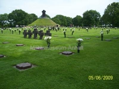 <p>Auf dem deutschen Soldatenfriedhof von La Camp findet man an vielen Gräbern Blumen.</p>