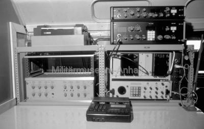 <p>Innenansicht des FuAGS-1M. Der Gerätesatz bestand aus 3 dieser Arbeitsplätze.</p>
