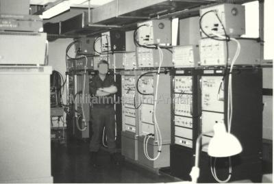 <p>Der Sendesaal der Funksendestelle - hier Teilansicht auf die 1.000-Watt-Sender Typ KN1-E. Gegenüber befanden sich die 5.000-Watt-Sender.</p>