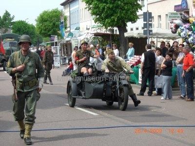 <p>Teilnahme am Umzug Flämingfest in Coswig 2009 - Darstellung der Militärgeschichte in Anhalt</p><p>amerikanischer Soldat und Einzug der Roten Armee</p>