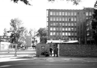 <p>Der Eingangsbereich zur Dessauer Kaserne nach der Wiedervereinigung beider deutscher Staaten im Oktober 1990.</p>
