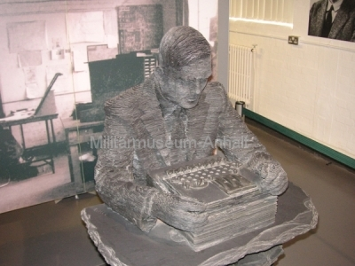 <p>National Codes Centre - Schieferskulptur von Alan Turing</p>