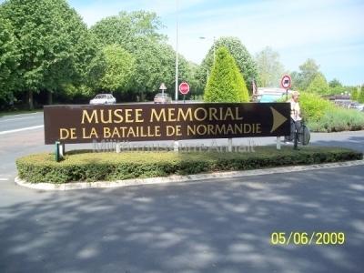 <p>Die Einfahrt zum Museum der Schlacht um die Normandie.</p>