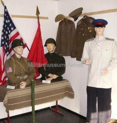 <p>1945 - Uniformen der Befreiungstruppen</p> <p>amerikanischer Fallschirmjäger, Soldaten der Roten Armee</p>