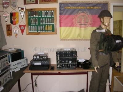 <p>Felddienstuniform Sommer eines Kabelleitungsbautruppsoldaten mit entsprechender Ausrüstung</p> <p></p>