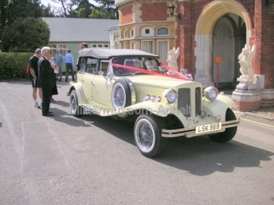 <p>Standesgemäß fährt man zur Hochzeitsfeier im Bentley vor</p>