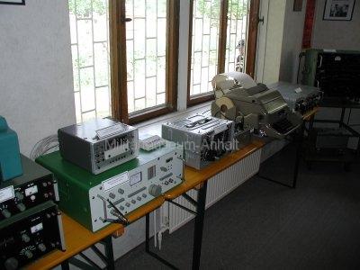 <p>Sonderausstellung Frühjahr 2008</p><p>Funkaufklärungstechnik:</p><p>Stör-Meßempfänger SMV-11 (25 ... 1000 MHz), Kassettenaufzeichnungsgerät TG-7127, sowj. Empfänger R-313 M2 (100 ... 425 MHz), Siemens-Fernschreiber T-100</p>
