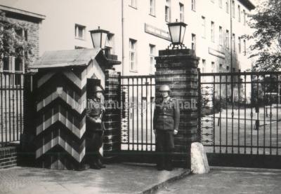 <p>Eingang zur Kaserne in Frankfurt/Oder 1963</p>