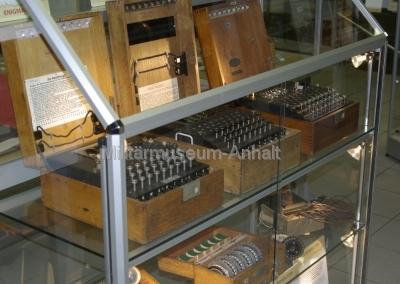 <p>3 verschiedene Enigmavarianten im Kryptomuseum Budel (Niederlande)</p> <p>von links: Heer, Marine (U-Boot), Abwehr</p> <p>unten: Ersatzwalzen und Uhr</p>