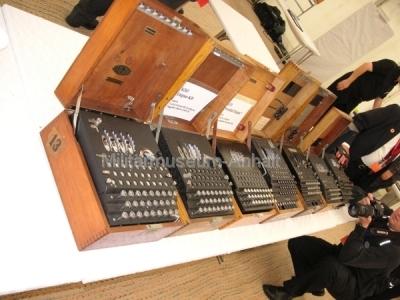 <p>Sonderausstellung Chiffriertechnik - die schönsten Enigma wurden nach der Prämierung von der Presse festgehalten.</p>