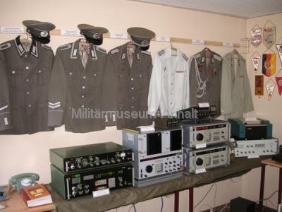 <p>Dienst-, Ausgangs-, Parade- und Gesellschaftsuniformen der NVA</p> <p>im Vordergrund Funkaufklärungstechnik der NVA für Frequenzbereiche von 10 Khz bis 1 GHz.</p>