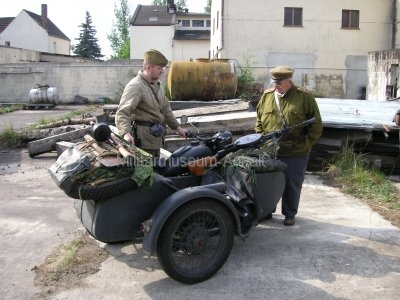 <p>Teilnahme am Umzug Flämingfest in Coswig 2009 - Darstellung der Militärgeschichte in Anhalt</p><p>Seitenwagenkrad mit Teller-MG der Roten Armee</p>
