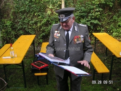 <p>Sonderausstellung Herbst 2008</p><p>Urgestein der NVA-Funkaufklärung (DL4PB)</p><p>nach 38 Dienstjahren ehrenhalber vom Stabsfeldwebel zu Fähnrich ernannt</p>