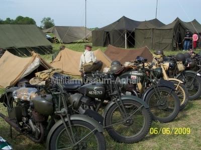 <p>Militärcamp von Teilnehmern einer Motorradrundfahrt.</p>