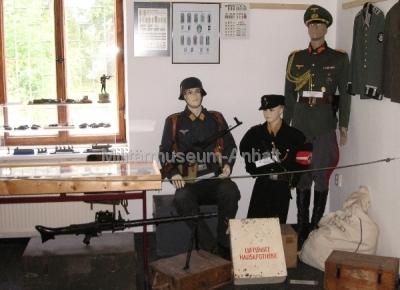 <p>Uniformen aus der Zeit 1933 - 1945</p> <p>Gefreiter Luftwaffe, Hitler-Junge, Generalsuniform</p>