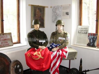 <p>Dieses Bild stellt das Aufeinandertreffen der Roten Armee mit der amerikanischen Armee im Raum Cobbelsdorf dar.</p>