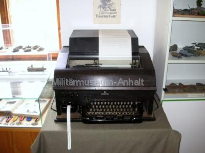 """<p>Ein Original Wehrmachtsfernschreiber konnte auf Wunsch in Betrieb genommen werden und Nachschriften von historischen Fernschreiben erstellt werden. Zur Auswahl standen die """"Auslöse von Walküre"""" und der so genannte """"Nero-Befehl"""" (verbrannte Erde).</p>"""