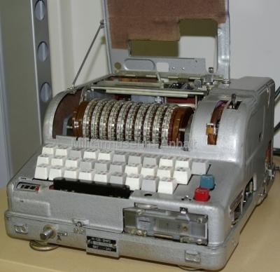 <p>sowjetische Chiffriermaschine M-125-3MN (Fialka)</p> <p>neuere Ausführung (4-fach belegte Tasten)</p>