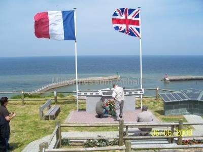 <p>Kranzniederlegung am Mahnmal der alliierten Soldaten oberhalb von Port en Bessin.</p>