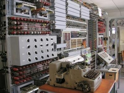<p>National Codes Centre - Colossus. Der erste programmierbare Elektronenrechner der Welt, bestückt mit 2.500 Elektronenröhren.</p>