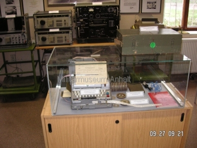 <p>Sonderausstellung Herbst 2008</p><p>Vitrine: sowjet. Chiffriermaschine M-125-MN (Fialka) mit Zubehör und GVS-Dienstvorschrift A 040/1/321</p><p>Hintergrund: verschiedene Generationen Funkaufklärungstechnik</p>