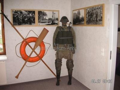 <p>Sonderausstellung Herbst 2008</p><p>Aurüstung eines NVA-Ponton-Pionier und Bilder von der Gefechtsausbildung</p>