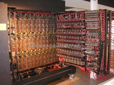 <p>National Codes Centre - Die Turing-Bombe (geöffnete Rückwand)</p>