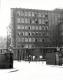 <p>Der Eingang zur Dessauer Kaserne 1965. Im Hintergrund das Stabsgebäude (ehemaliges Verwaltungsgebäude der Junkers-Flugzeugwerke).</p>
